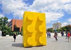 黄色lego砖在Prishtina's斯甘德伯广场 免版税库存图片