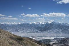 绿色leh谷看法和喜马拉雅山的庄严山脉 图库摄影