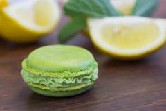 绿色macaron用柠檬和薄菏 免版税库存图片