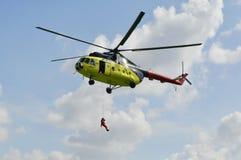 黄色MI-8直升机垂悬了与门户开放主义 着陆  免版税图库摄影