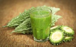 绿色momodica草本汁液  免版税库存照片