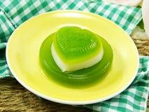 绿色pandan和椰奶果冻心脏甜点点心 库存图片