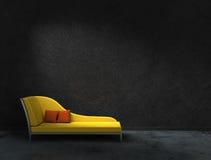 黄色recamier和黑墙壁 库存照片