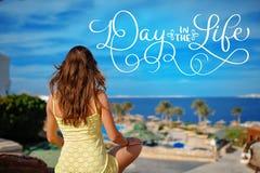 黄色sundress的妇女注视着海和文本天在生活中 书法字法葡萄酒手凹道 库存图片