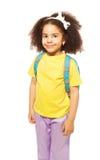 黄色T恤杉的美丽的微笑的非洲女孩 免版税库存照片