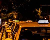 黄色taxiwaiting 库存图片