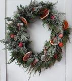 绿色wreathThe绿色花圈装饰用桔子 免版税库存照片