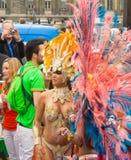 艳舞女郎参加者在热带狂欢节在巴黎, Fra 库存照片