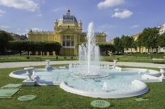 艺术亭子和喷泉在萨格勒布 免版税库存图片