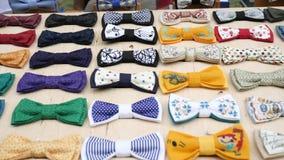 艺术人` s样式,男性的,辅助部件手工制造在立场,行家的,布料蝶形领结衣裳原始的纺织品弓领带 股票视频
