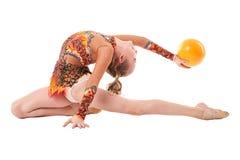 艺术体操 执行与球的灵活的女孩 免版税库存照片