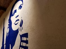 艺术作品在一名勇敢的妇女的餐馆的墙壁上的热情地保卫她心爱的墨西哥 一个女英雄 库存图片