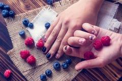 艺术修指甲和莓果 库存照片