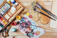 艺术刷子和色的墨水在罐头在黑暗的背景 库存照片