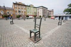 艺术反对与在被架设的鹅卵石街道上的铁椅子 库存照片