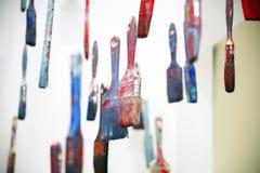 艺术反对垂悬在天空中的着色过度的刷子 免版税库存照片