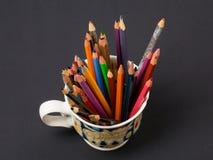 艺术和创造性 在杯子的五颜六色的铅笔 库存图片