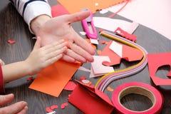 艺术和工艺供应圣徒华伦泰`的s 上色纸,不同的washi磁带,装饰的心脏供应 免版税图库摄影