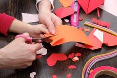 艺术和工艺供应圣徒华伦泰`的s 上色纸,不同的washi磁带,装饰的心脏供应 免版税库存图片