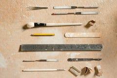 艺术和工艺设备平的位置木表面上 免版税库存照片
