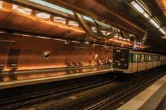 艺术和职业地铁站平台和火车在巴黎 库存图片