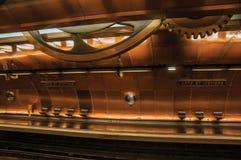 艺术和职业铜板料报道的地铁站平台在巴黎 免版税库存照片