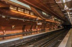 艺术和职业铜板料报道的地铁站平台在巴黎 库存图片