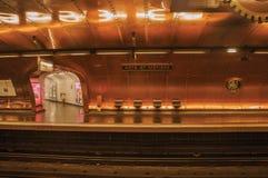 艺术和职业铜板料报道的地铁站平台在巴黎 免版税图库摄影