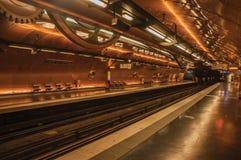 艺术和职业铜板料报道的地铁站平台在巴黎 库存照片