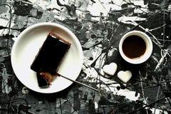 艺术和食物:与咖啡和巧克力蛋糕的早餐 图库摄影