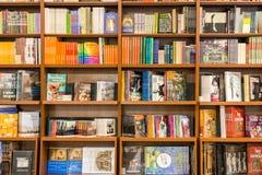 艺术和建筑学书在图书馆架子 免版税库存图片