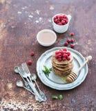 艺术品早餐编辑可能的梯度不分层堆积使用的集 与新鲜的荞麦薄煎饼 免版税库存图片