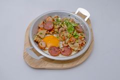 艺术品早餐编辑可能的梯度不分层堆积使用的集 平底锅煎蛋用烟肉,中国香肠, po 库存照片
