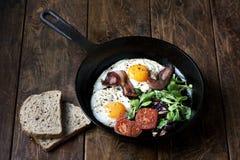 艺术品早餐编辑可能的梯度不分层堆积使用的集 平底锅煎蛋用烟肉,在木背景的蕃茄 库存图片