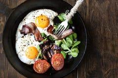 艺术品早餐编辑可能的梯度不分层堆积使用的集 平底锅煎蛋用烟肉,在木背景的蕃茄 库存照片
