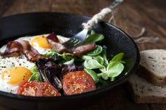 艺术品早餐编辑可能的梯度不分层堆积使用的集 平底锅煎蛋用烟肉,在木背景的蕃茄 图库摄影