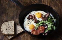 艺术品早餐编辑可能的梯度不分层堆积使用的集 平底锅煎蛋用烟肉,在木背景的蕃茄 免版税库存照片