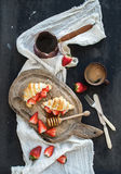 艺术品早餐编辑可能的梯度不分层堆积使用的集 新近地被烘烤的新月形面包与 库存照片