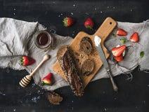 艺术品早餐编辑可能的梯度不分层堆积使用的集 黑长方形宝石敬酒用新鲜的草莓、蜂蜜和mascarpone乳酪 免版税库存图片
