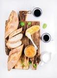 艺术品早餐编辑可能的梯度不分层堆积使用的集 长方形宝石、橙色果酱和咖啡在杯子在土气木板在白色绘了背景 图库摄影