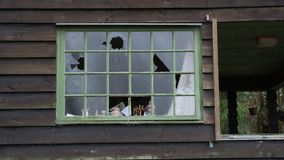 艺术品破坏者有残破的窗口在一个老房子 库存照片