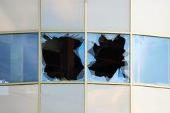 艺术品破坏者在站立无防守的一个被放弃的购物中心大厦的被打碎的窗口 免版税库存图片