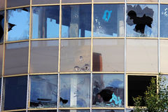 艺术品破坏者在站立无防守的一个被放弃的购物中心大厦的被打碎的窗口 库存照片