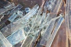 艺术品破坏者打碎了商业区的未完成的无防守的被放弃的大厦的玻璃窗 免版税库存照片