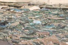 艺术品破坏者打碎了商业区的未完成的无防守的被放弃的大厦的玻璃窗 库存照片