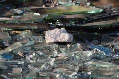 艺术品破坏者打碎了商业区的未完成的无防守的被放弃的大厦的玻璃窗 免版税库存图片