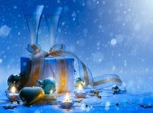 艺术圣诞节和新年晚会香槟和礼物 免版税图库摄影