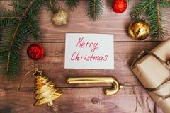 艺术圣诞节在棕色木背景的假日构成与圣诞树装饰和您的拷贝空间 库存照片