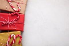 艺术圣诞节在白色具体背景的假日构成与圣诞树装饰和您的文本的拷贝空间 名列前茅v 图库摄影