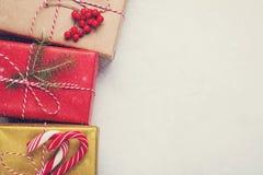 艺术圣诞节在白色具体背景的假日构成与圣诞树装饰和您的文本的拷贝空间 名列前茅v 库存照片